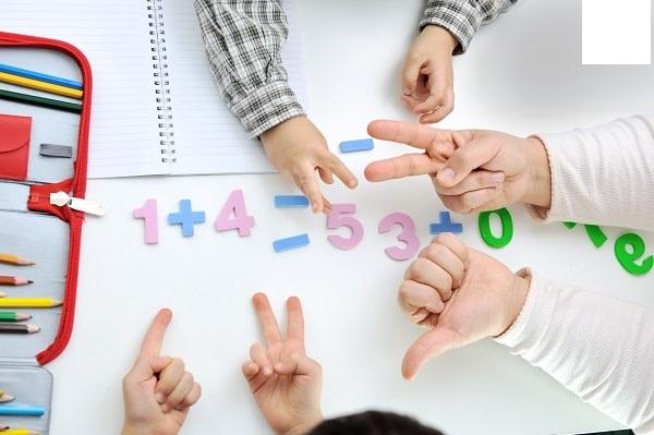 Học nhóm với một bạn khác trong lớp
