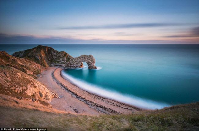 trangtin24h.com - Trình bày đến những con sóng đi vào bãi cát có hình một bông hoa đồng tiền ở England