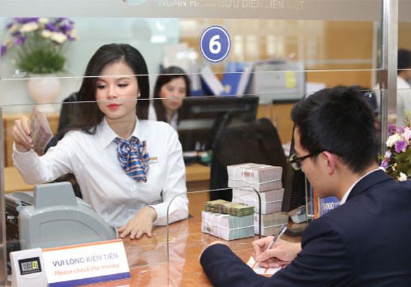 Lương giảm mạnh, nhân viên ngân hàng gấp rút kiếm việc làm thêm